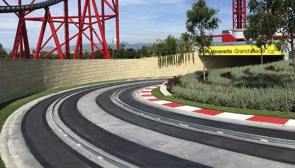 Circuito Ferrari Land construido con pigmento negro Serra Ciments