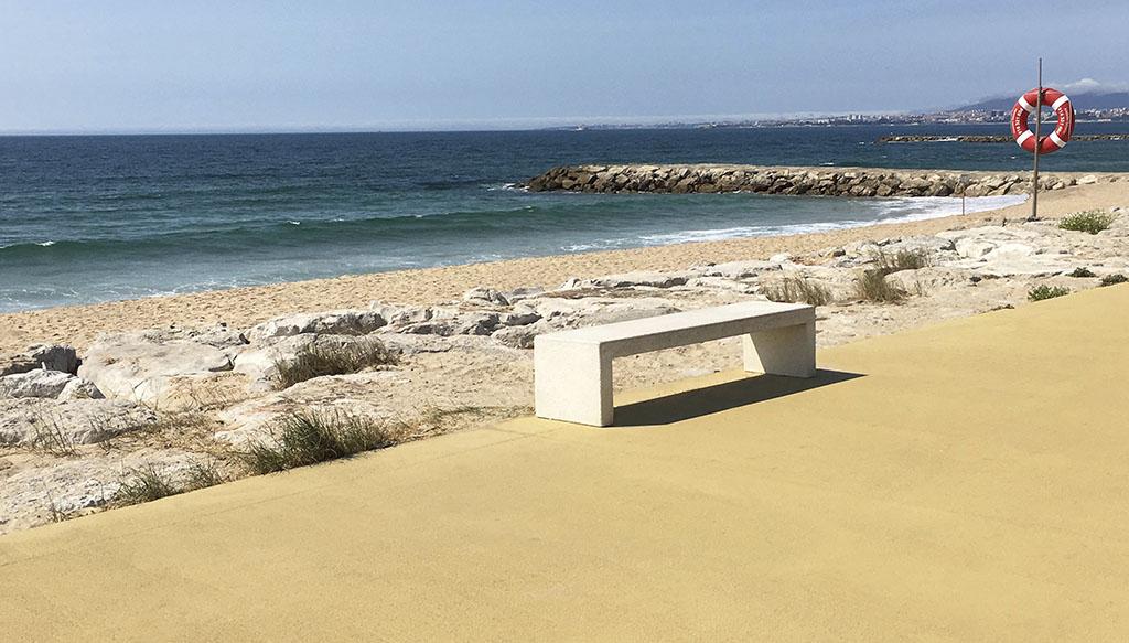 pigmento amarillo aplicado en el paseo maritimo de Costa da Caparica en Portugal